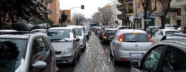 800px-12_February_2010_-_Rome,_via_di_Torrevecchia_-_Traffic_under_the_snow