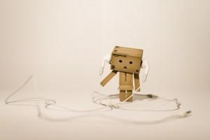 I pericoli dell'ascolto prolungato con cuffie scadenti sono sottovalutati: ecco come diventa un hookiiano quando ascolta musica utilizzando le cuffiette di serie dell'Ipod.