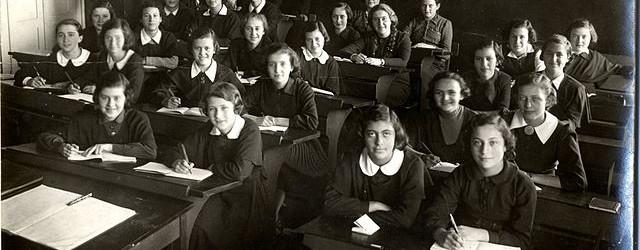 640px-Girls_class,_5th_form,_in_the_Hebrew_Realgymnasium_of_Kaunas_with_teacher_Shalom_Zvi_Rachkovsky
