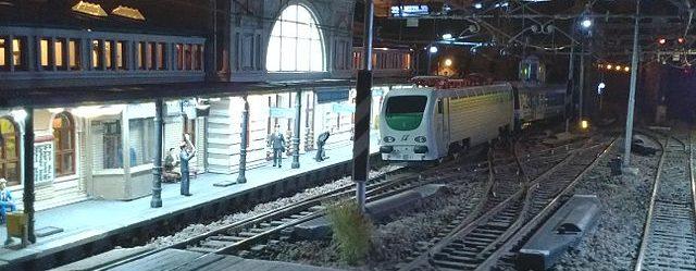 640px-Plastico_ferroviario_notturno